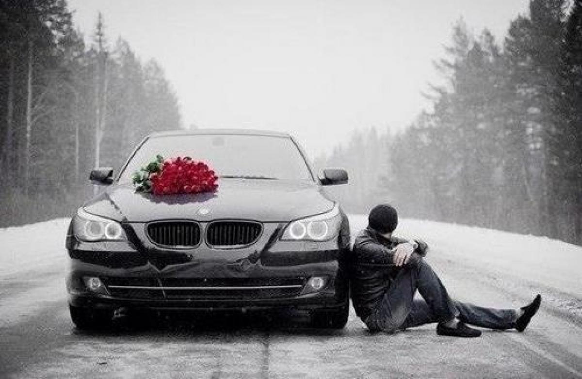 Фото парень грустный рядом машины